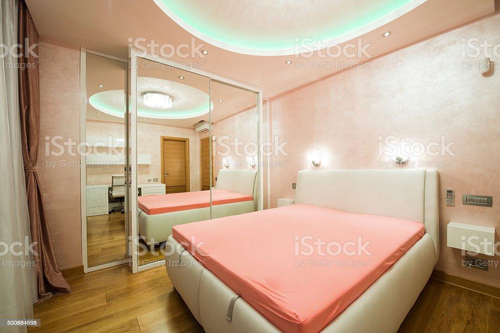 Intérieur Dune Chambre De Luxe Moderne Avec Plafond – Photos et plus ...