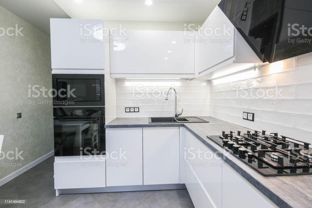 Das Interieur Einer Modernen Kompakten Weißen Küche Mit ...