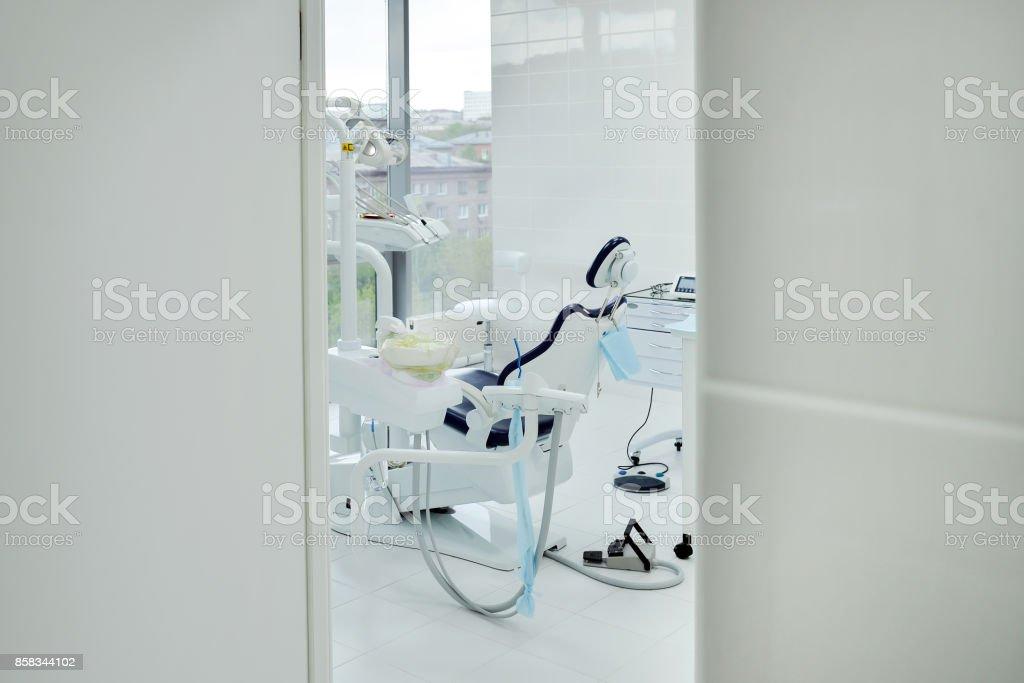 Interior de un consultorio dental moderno busca a abrió la puerta - foto de stock