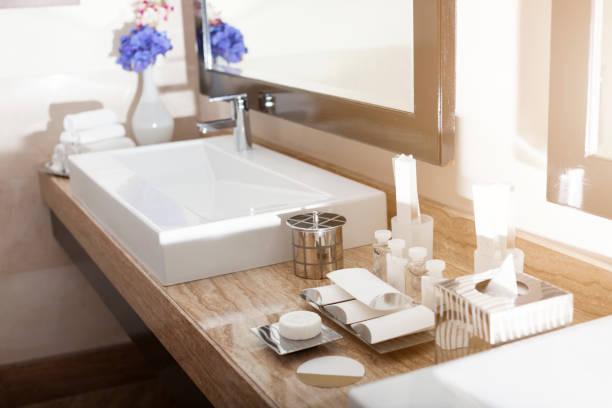 innenansicht von einem modernen hotel badezimmer - badezimmer fotos stock-fotos und bilder