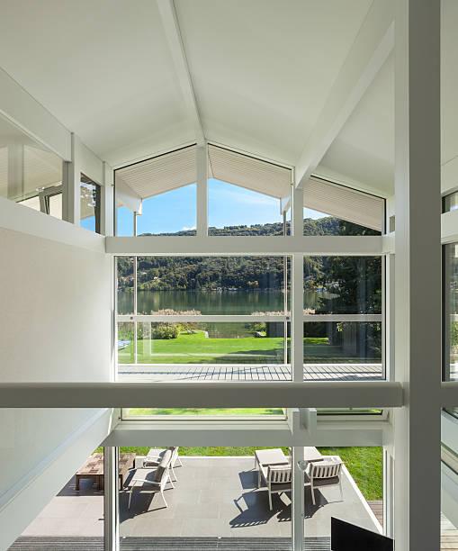 innenraum eines modernen hauses - veranda decke stock-fotos und bilder