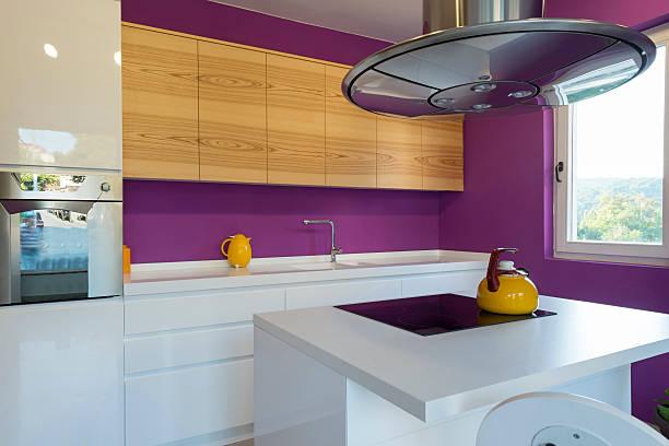 innenraum eines modernen küche - küche lila stock-fotos und bilder