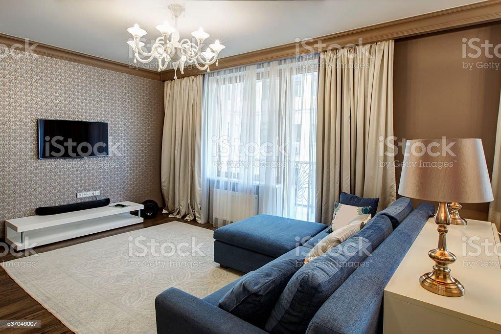Interno di un moderno salotto con un divano blu for Salotto con divano blu