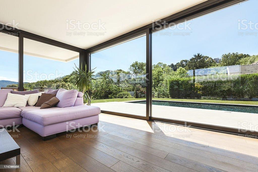 Interno di un moderno con divano rosa villa fotografie - Giardino interno casa ...