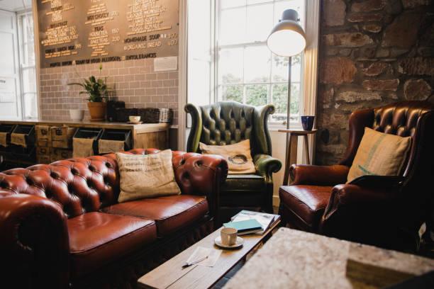 innenraum eines kleinen cafes - coffee shop stock-fotos und bilder