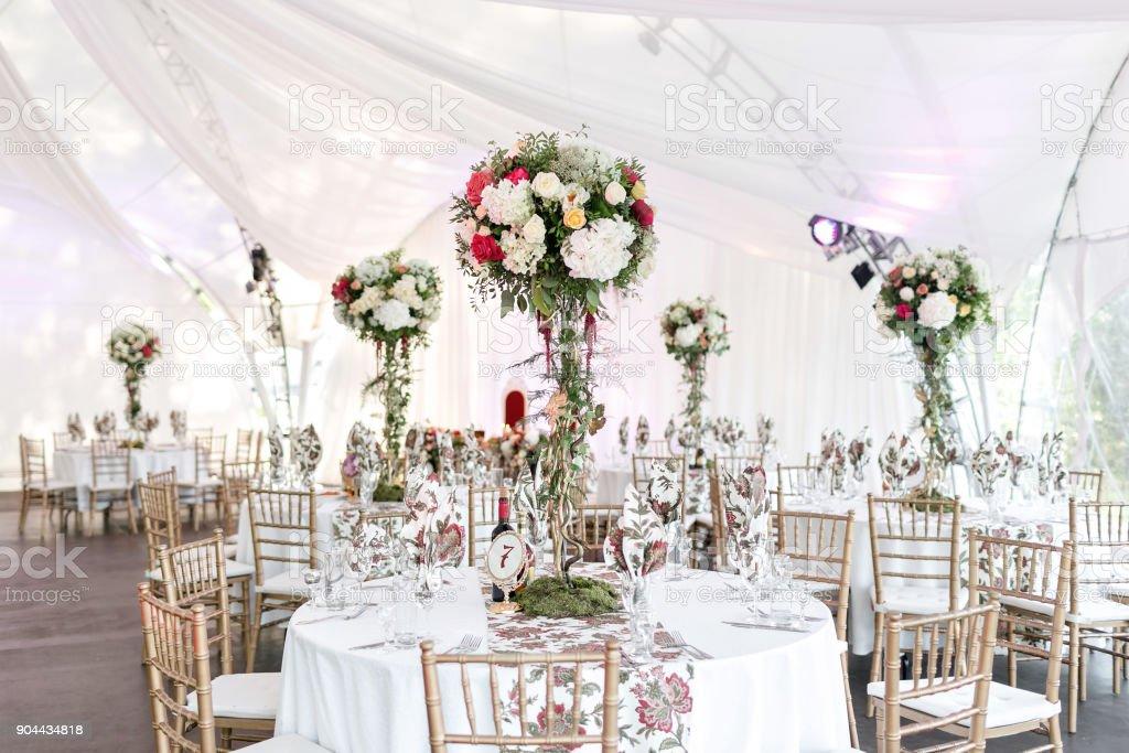 Innenraum einer Hochzeitsdekoration Zelt bereit für die Gäste. Serviert Bankett Tisch outdoor im Festzelt geschmückt Blumen und Seide. Catering-Konzept – Foto