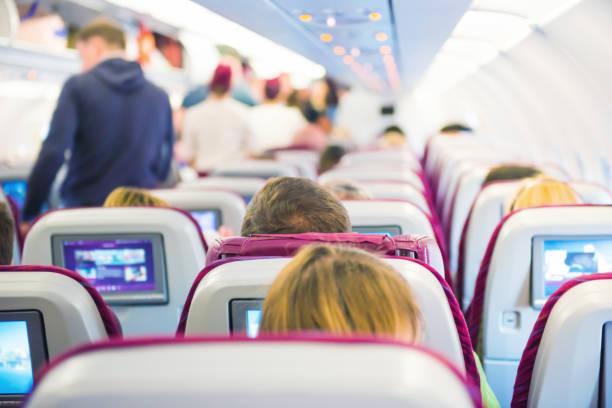Innenraum des Flugzeugs mit Passagieren – Foto