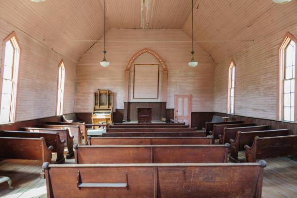 innenraum einer verlassenen kirche - kirchturmspitze stock-fotos und bilder