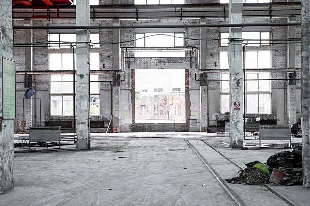 innenraum eines industriegebäude - peeling herstellen stock-fotos und bilder