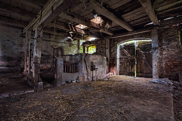 innenraum eines alten verfallenen barn. - schuppen türen stock-fotos und bilder