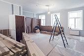 建設・改造、改装、拡張、復旧・復興の中にアパートのインテリア部屋ではしご・建設資材