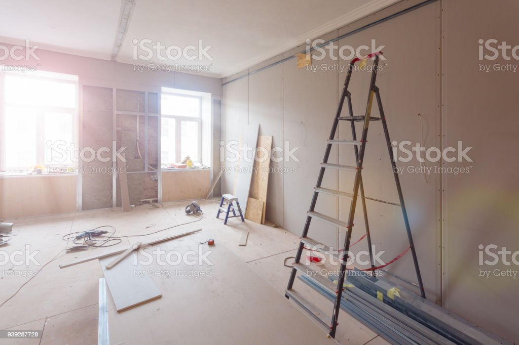 Interieur der Wohnung bei Bau, Umbau, Renovierung, Ausbau, Restaurierung und Umbau - Leiter und Baumaterialien im Zimmer – Foto