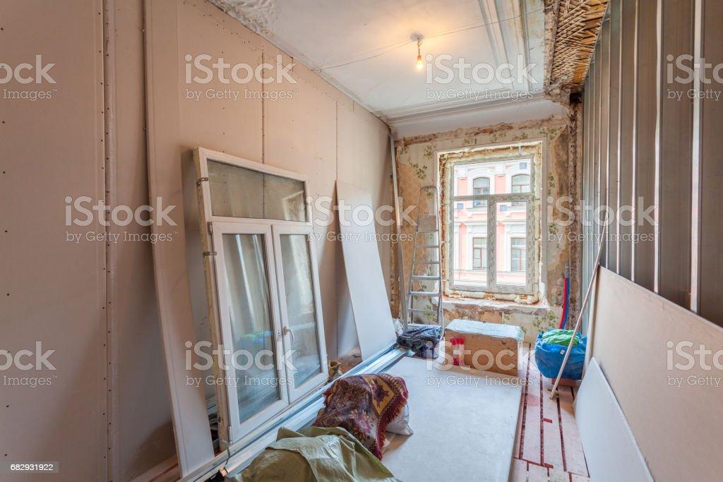 Innenansicht Wohnung mit Materialien während der Renovierung und Bau (die Installation des Fensters) – Foto