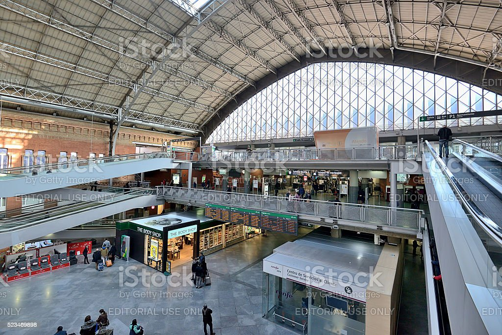 El Interior de la estación de tren Atocha - foto de stock