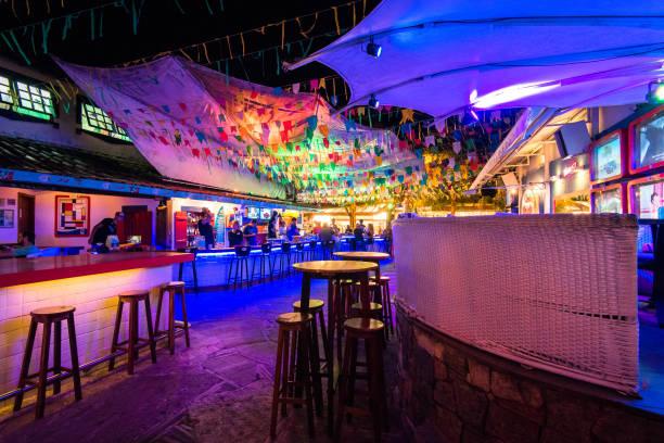 Innenraum der Bar in der Nacht mit bunten Lichtern – Foto
