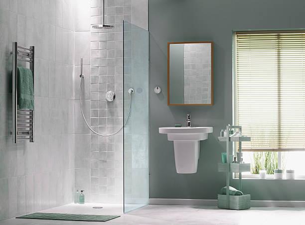 Interior do banheiro, em tons de verde - foto de acervo