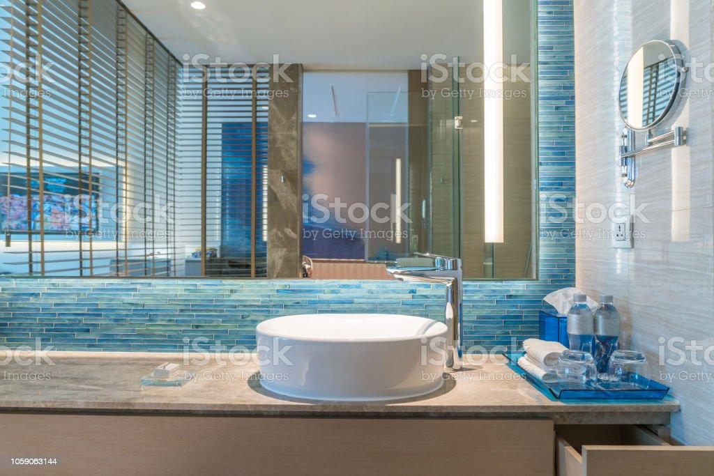 Interior De Cuarto De Baño Con Grifería De Lavabo Y Espejo Diseño Moderno  De Cuarto De Baño Foto de stock y más banco de imágenes de Algodón - Textil