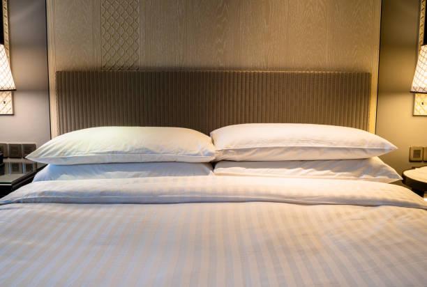 schlafzimmerinneres mit kingsize-bett - französisches haus dekor stock-fotos und bilder