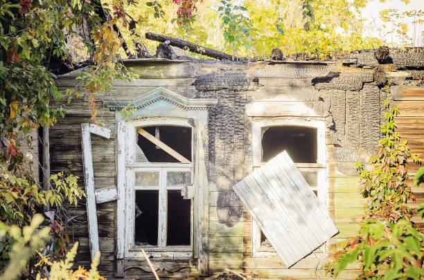 interiör av brända trä hus - brand sotiga fönster bildbanksfoton och bilder