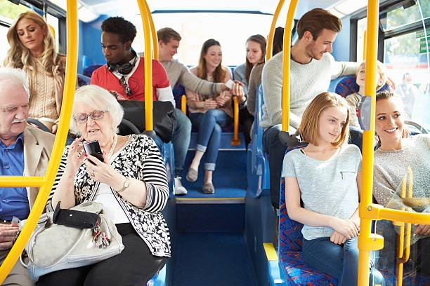 Interior de Bus con los pasajeros - foto de stock