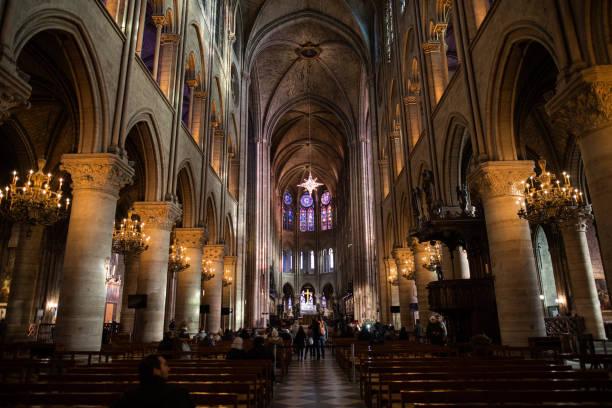 innenraum der kathedrale notre dame, mittelalterliche katholische kathedrale - kathedrale von notre dame stock-fotos und bilder
