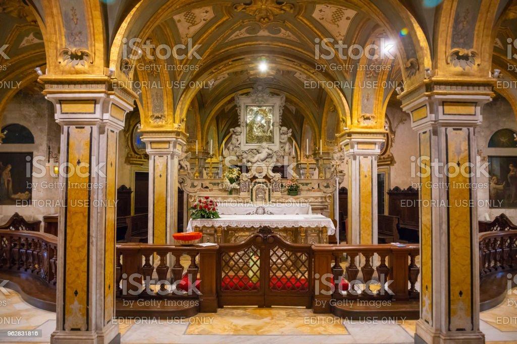 Interior of Church of San Marko dei Veneziane in old town Bari, Italy - Foto stock royalty-free di Altare