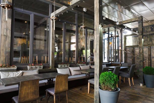 innenraum des gemütlichen restaurants, loft-stil - restaurant inneneinrichtung stock-fotos und bilder