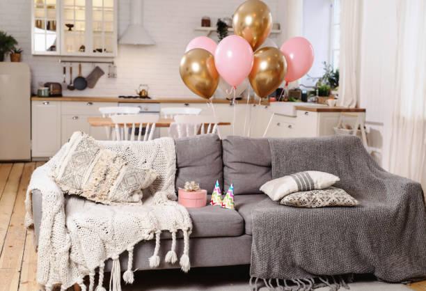 innenraum des gemütlichen zimmers mit luftballons für geburtstagsfeier dekoriert - gitarren geburtstagstorten stock-fotos und bilder