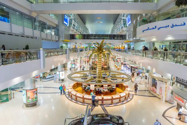 Innere des Dubai International Airport auf 6. April 2016 in Dubai, VAE.  Es ist die größte Gebäude der Welt von Stock Raum und weltweit größte Flughafen-terminal. – Foto