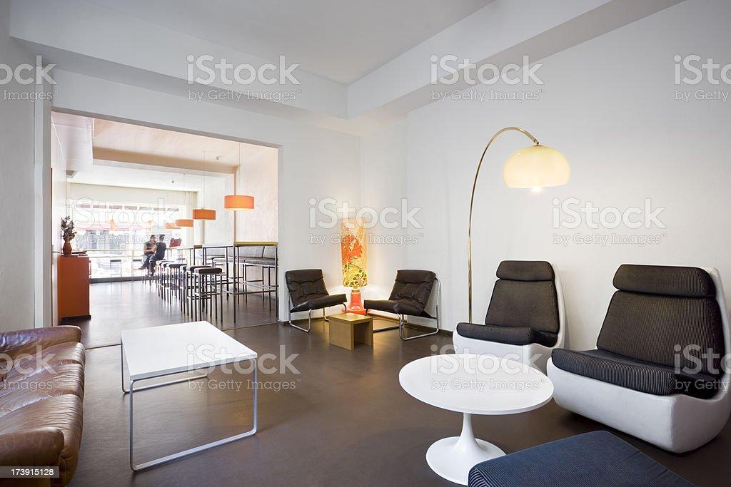 Interior do elegante e confortável, com móveis retrô Cafe - foto de acervo