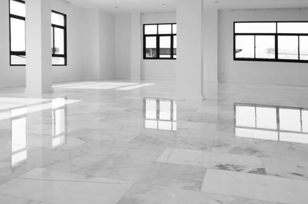 interiör av tom lägenhet, stort rum med marmor golv. vit med grå marmor golv interiör bakgrund. vit marmor, kvarts konsistens. naturligt mönster eller abstrakt bakgrund. - golv bildbanksfoton och bilder
