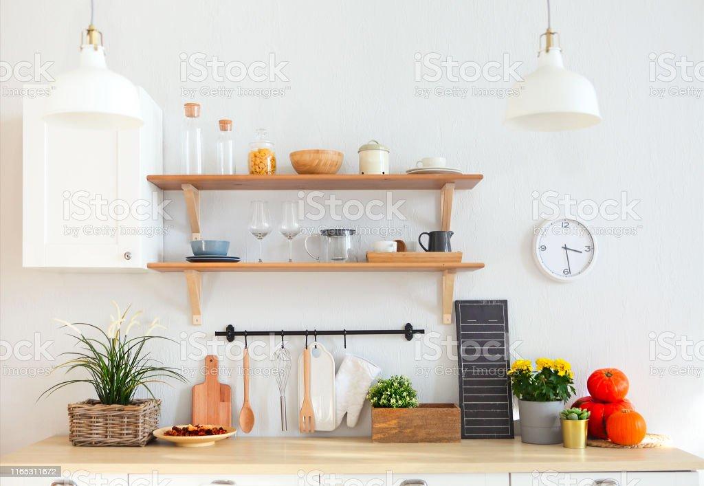 Interior de cocina blanca moderna vacía con varios objetos - Foto de stock de Ampliación de casa libre de derechos