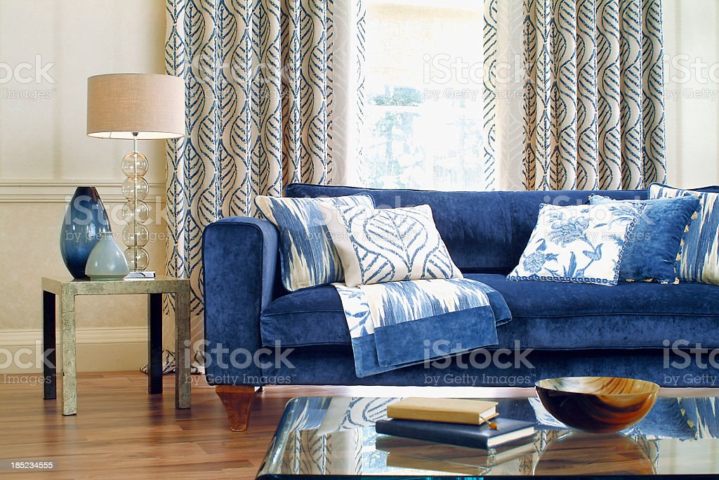 Innenansicht eines formellen Sofa am Fenster, die mit Kissen – Foto