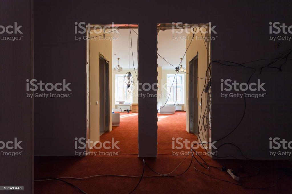 Innenraum der Halle Wohnung mit temporären elektrischen Leitungen während der Aktualisierung oder Umbau, Renovierung, Erweiterung, Restaurierung, Rekonstruktion und Bau. – Foto
