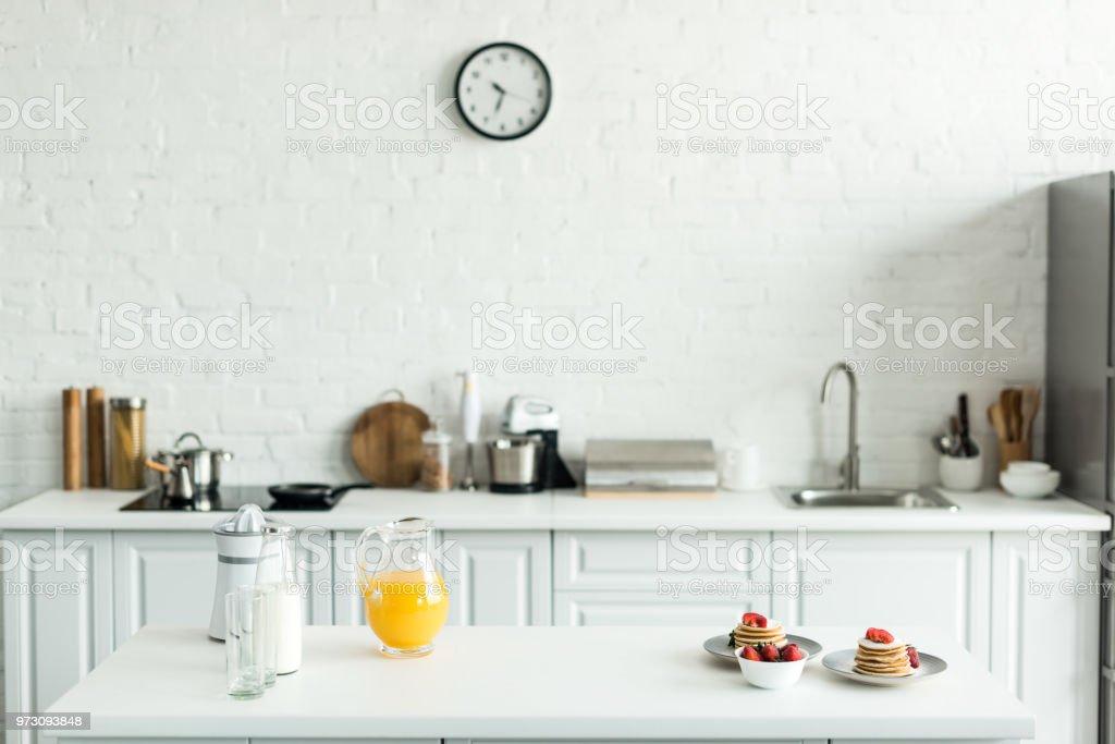 Interieur Der Kuche Mit Leckeren Pfannkuchen Und Orangensaft Auf Kuchentisch Stockfoto Und Mehr Bilder Von Arbeitsplatte Istock