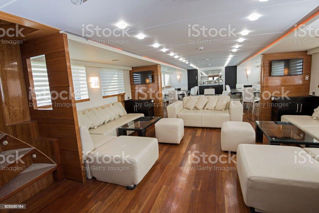 Salon Comedor Grande.Interior De Lujo De Salon Grande De Yate A Motor Foto De