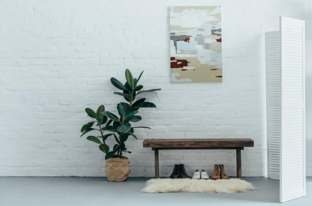 innere des hellen modernen korridor mit paravent in wohnung - sitzbank schuhe stock-fotos und bilder