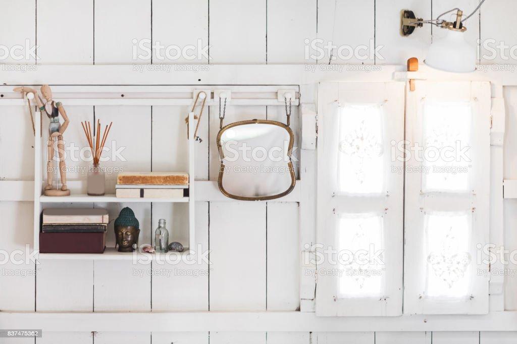 Interieur van licht modern houten huis binnen vintage venster met