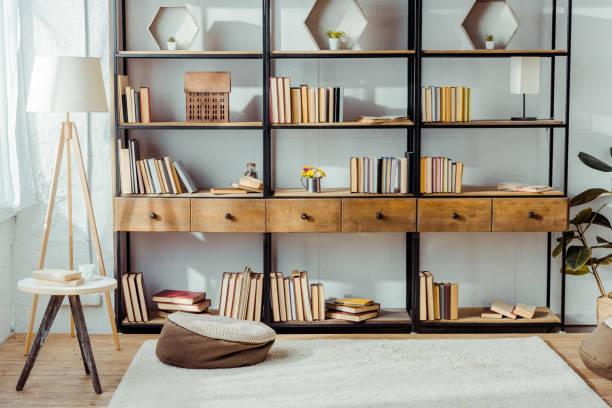 iç ahşap mobilyalar ve kitaplar ile oturma odası - koleksiyon düzenleme stok fotoğraflar ve resimler