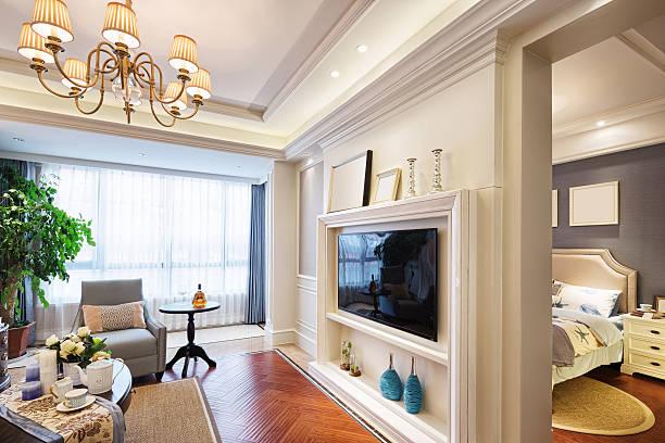 innenansicht des luxus wohnzimmer - dekoration rund um den fernseher stock-fotos und bilder
