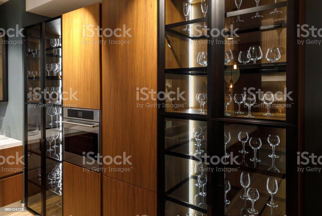 Intérieur de cuisine moderne avec des verres dans le placard - Photo de A la mode libre de droits