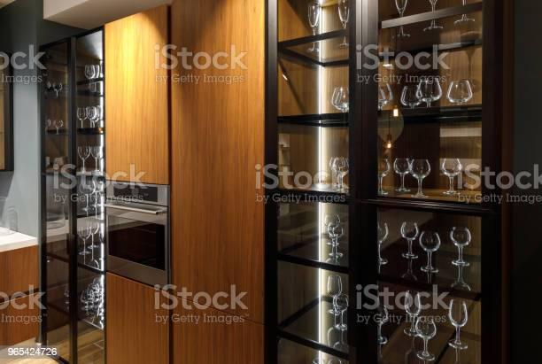 Foto de Interior Da Cozinha Moderna Com Copos No Armário e mais fotos de stock de Armário