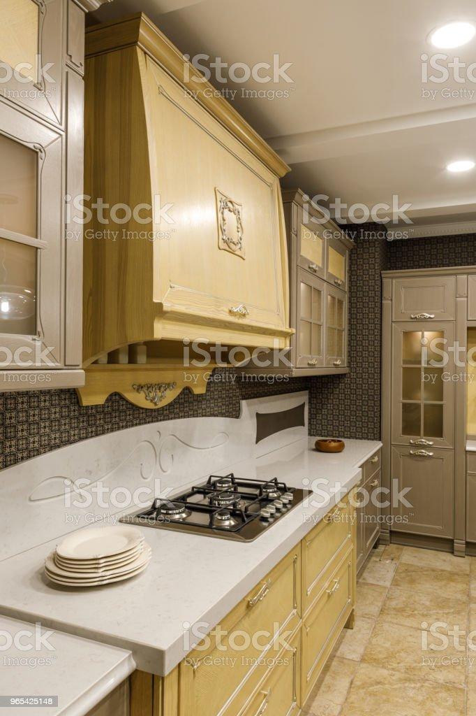 Innenraum der moderne Küche mit Platten auf Zähler von Herd - Lizenzfrei Arbeitsplatte Stock-Foto