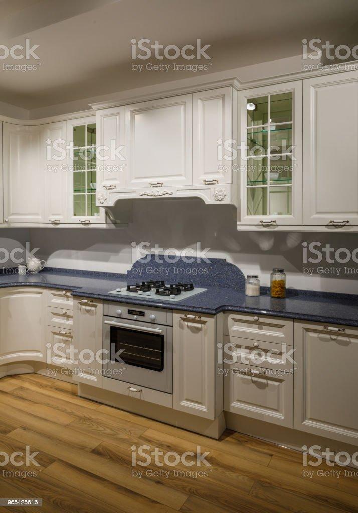 Interior da cozinha moderna com armários brancos - Foto de stock de Armário royalty-free