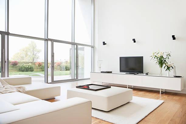 interieur des modernen wohnzimmer - zimmer bildschirm stock-fotos und bilder
