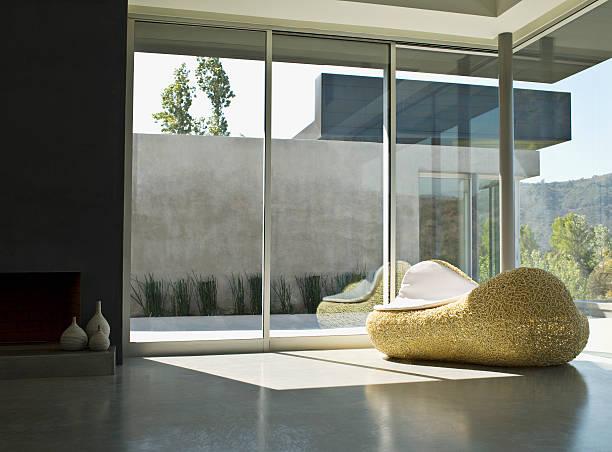 intérieur de salon moderne - architecture intérieure beton photos et images de collection