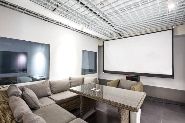 interieur des modernen wohnzimmer - tageslichtbeamer stock-fotos und bilder
