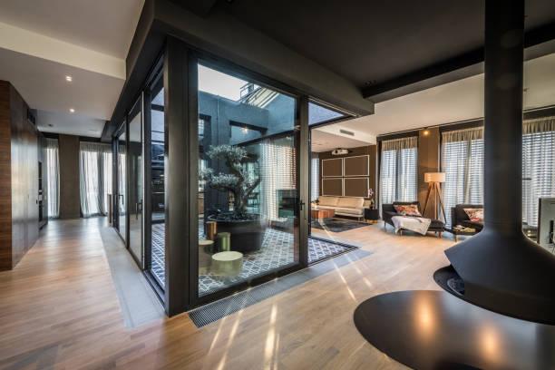 interieur der modernen luxus-penthouse-wohnung - oliven wohnzimmer stock-fotos und bilder