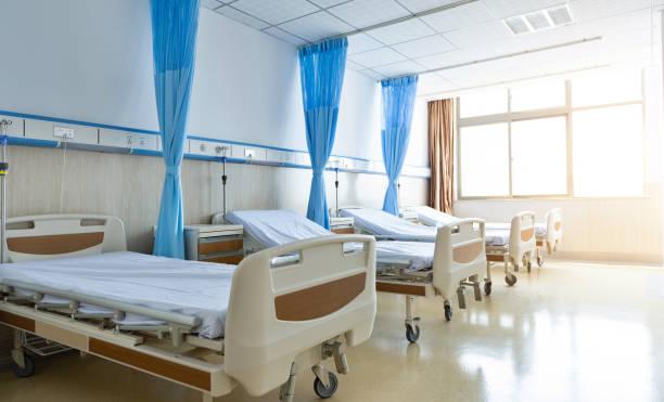 interior de la nueva sala de hospital vacía - cama fotografías e imágenes de stock