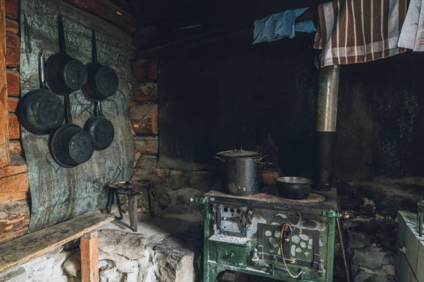 innenraum der alten hütte im wald - landhausstil küche stock-fotos und bilder